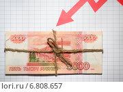 Российские денежные банкноты из пяти тысяч и стрелка вниз. Падение курса рубля. Стоковое фото, фотограф Pavel Ivanov / Фотобанк Лори