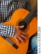 Кисть молодого человека, играющего на гитаре. Стоковое фото, фотограф Шуба Виктория / Фотобанк Лори