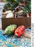 Купить «Стеклянные новогодние игрушки в виде шишек на столе», фото № 6810565, снято 4 апреля 2020 г. (c) Николай Лунев / Фотобанк Лори