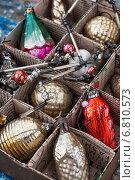 Купить «Стеклянные советские игрушки в самодельной картонной коробке», фото № 6810573, снято 4 апреля 2020 г. (c) Николай Лунев / Фотобанк Лори