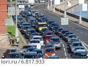 Купить «Большая пробка на Кремлевской набережной в Москве солнечным днем», эксклюзивное фото № 6817933, снято 6 сентября 2011 г. (c) lana1501 / Фотобанк Лори