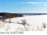 Купить «Яркий солнечный зимний день на берегу замерзшего озера», фото № 6817961, снято 2 февраля 2014 г. (c) Евгений Ткачёв / Фотобанк Лори
