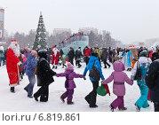 Купить «Ангарск. Новогодние праздники. Дети и взрослые водят веселый хоровод с Дедом Морозом и Снегурочкой в снегопад», эксклюзивное фото № 6819861, снято 20 декабря 2014 г. (c) Виктория Катьянова / Фотобанк Лори