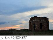 Заброшенная церковь на закате. Стоковое фото, фотограф Юлия Лекомцева / Фотобанк Лори