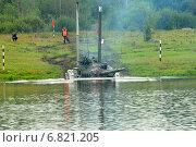 Танк Т-64 входит в воду, для переправы через реку по дну (2010 год). Редакционное фото, фотограф Сергей Попсуевич / Фотобанк Лори