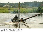Танк Т-64 выходит из воды, после переправы через реку по дну (2010 год). Редакционное фото, фотограф Сергей Попсуевич / Фотобанк Лори