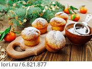 Купить «Маффины с сахарной пудрой и мандарины на новогоднем столе», фото № 6821877, снято 18 декабря 2014 г. (c) Надежда Мишкова / Фотобанк Лори