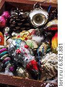 Купить «Рождественские игрушки в старом деревянном ящике на столе», фото № 6821881, снято 23 октября 2014 г. (c) Николай Лунев / Фотобанк Лори