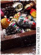 Купить «Деревянная коробка с елочными игрушками и шишками», фото № 6821893, снято 1 октября 2014 г. (c) Николай Лунев / Фотобанк Лори