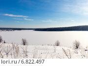 Яркий солнечный зимний день на берегу замерзшего озера. Стоковое фото, фотограф Евгений Ткачёв / Фотобанк Лори