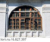 Ставни окон арочного типа с деревянной рамой на фасаде здания. Стоковое фото, фотограф Daniela / Фотобанк Лори