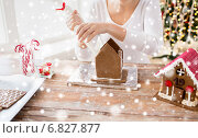 Купить «close up of woman making gingerbread houses», фото № 6827877, снято 30 октября 2014 г. (c) Syda Productions / Фотобанк Лори