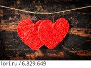 Купить «Два сердца на веревочке на деревянном фоне ко Дню святого Валентина», фото № 6829649, снято 21 января 2014 г. (c) Наталия Кленова / Фотобанк Лори