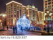 Купить «Новогодний шар на Манежной площади на фоне здания Государственной Думы», эксклюзивное фото № 6829937, снято 22 декабря 2014 г. (c) Виктор Тараканов / Фотобанк Лори