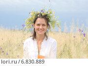 Портрет девушки на поле с цветочным венком на голове. Стоковое фото, фотограф Ivanikova Tatyana / Фотобанк Лори