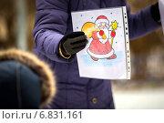 Купить «Картинка Деда Мороза в руке у женщины», фото № 6831161, снято 22 декабря 2014 г. (c) Tatiana Tetereva / Фотобанк Лори