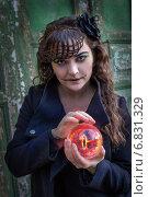 Купить «Девушка с оком Саурона в костюме для Хеллоуина», фото № 6831329, снято 30 октября 2013 г. (c) Наталья Степченкова / Фотобанк Лори