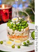 Купить «Салат оливье сервирован на тарелке на новогоднем фоне», фото № 6833249, снято 15 декабря 2014 г. (c) Ekaterina Smirnova / Фотобанк Лори