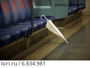 Зонтик, забытый в токийском метро. Токио, Япония (2009 год). Стоковое фото, фотограф Игорь Чириков / Фотобанк Лори