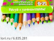 Купить «Набор новых цветных карандашей в коробке», фото № 6835281, снято 24 декабря 2014 г. (c) Tatiana Tetereva / Фотобанк Лори