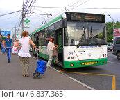 Купить «Посадка пассажиров в автобус № 133 на остановке. Щелковское шоссе. Москва», эксклюзивное фото № 6837365, снято 11 июля 2012 г. (c) lana1501 / Фотобанк Лори