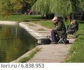 Купить «Рыбаки на берегу пруда в парке Дружба ловят рыбу», эксклюзивное фото № 6838953, снято 6 октября 2010 г. (c) lana1501 / Фотобанк Лори
