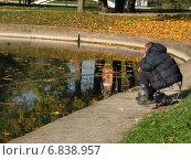 Купить «Рыбак с удочкой на берегу пруда в парке Дружба ловит рыбу осенним солнечным днем», эксклюзивное фото № 6838957, снято 5 октября 2010 г. (c) lana1501 / Фотобанк Лори