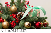 Купить «Новогодняя ёлка с разноцветными шарами и коробочка с подарком», фото № 6841137, снято 25 декабря 2014 г. (c) Вячеслав Сыпченко / Фотобанк Лори