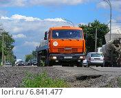 Купить «Плотное движение на Щелковском шоссе в районе Московской области», эксклюзивное фото № 6841477, снято 18 июля 2012 г. (c) lana1501 / Фотобанк Лори