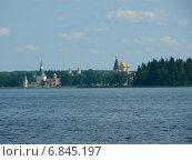 Купить «Вид с озера на Валдайский Иверский монастырь», фото № 6845197, снято 7 апреля 2020 г. (c) Шевцова Анна / Фотобанк Лори