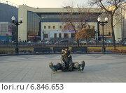 Купить «Москва. Скульптура клоуна в парке на Цветном бульваре напротив цирка», эксклюзивное фото № 6846653, снято 20 ноября 2014 г. (c) Елена Коромыслова / Фотобанк Лори