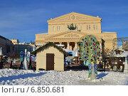 Купить «Новогодние арт-объекты около Большого театра в Москве днем», эксклюзивное фото № 6850681, снято 29 декабря 2014 г. (c) lana1501 / Фотобанк Лори