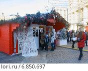Дети с родителями на рождественской ярмарке. Охотный ряд, Москва (2014 год). Редакционное фото, фотограф Наталья Федорова / Фотобанк Лори