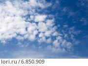 Купить «Перистые облака в синем небе», эксклюзивное фото № 6850909, снято 15 сентября 2014 г. (c) Сергей Лаврентьев / Фотобанк Лори