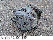 Автомобильный генератор, снятый с машины. Стоковое фото, фотограф Илья Пермяков / Фотобанк Лори