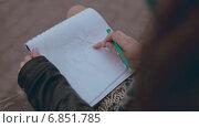 Купить «Девушка рисует целующуюся пару», видеоролик № 6851785, снято 29 декабря 2014 г. (c) Denis Mishchenko / Фотобанк Лори
