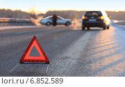 Купить «Аварийный знак у ДТП», фото № 6852589, снято 28 декабря 2014 г. (c) Анатолий Матвейчук / Фотобанк Лори