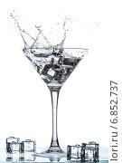 Купить «Бокал мартини со всплеском», фото № 6852737, снято 30 декабря 2014 г. (c) Владимир Агапов / Фотобанк Лори