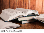 Купить «Открытые книги лежат на столе», фото № 6852781, снято 28 декабря 2014 г. (c) Александр Калугин / Фотобанк Лори