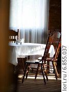 Обеденный стол и деревянные стулья. Стоковое фото, фотограф Афанасьева Ольга / Фотобанк Лори