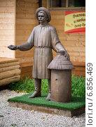 Скульптура пасечника в Этномире, Калужская область (2014 год). Редакционное фото, фотограф Андрей Шарашкин / Фотобанк Лори