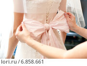 Большой розовый бант на свадебном платье невесты. Стоковое фото, фотограф Mariya L / Фотобанк Лори