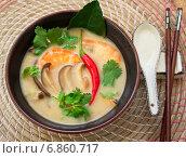 Купить «Традиционный тайский суп со специями Thai Tom Yam», фото № 6860717, снято 20 мая 2014 г. (c) Виктория Панченко / Фотобанк Лори