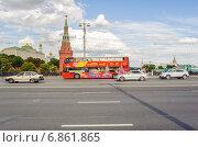 Купить «Двухэтажный экскурсионный автобус на Боольшом каменном мосту», эксклюзивное фото № 6861865, снято 26 августа 2014 г. (c) Алёшина Оксана / Фотобанк Лори
