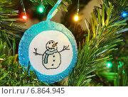 Купить «Игрушка из фетра с вышитым снеговиком на ёлке», эксклюзивное фото № 6864945, снято 3 января 2015 г. (c) Dmitry29 / Фотобанк Лори