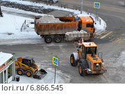 Купить «Уборка снега с помощью специального снегоуборочного транспорта», фото № 6866545, снято 20 мая 2019 г. (c) Землянникова Вероника / Фотобанк Лори