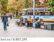 Купить «Уличные музыканты на Новокузнецкой в Москве», эксклюзивное фото № 6867241, снято 26 августа 2014 г. (c) Алёшина Оксана / Фотобанк Лори