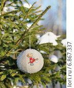 Купить «Шарик из льняной ткани с вышивкой на ветке живой ели», эксклюзивное фото № 6867337, снято 6 января 2015 г. (c) Dmitry29 / Фотобанк Лори