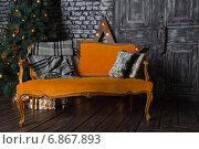 Оранжевый диван в темной комнате (2015 год). Редакционное фото, фотограф Мартынец Александр / Фотобанк Лори