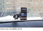 Купить «Автомобильный видеорегистратор прикрепленный к лобовому стеклу автомобиля», фото № 6868213, снято 24 марта 2013 г. (c) Евгений Ткачёв / Фотобанк Лори